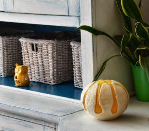lampada sferica bianca e gialla a forma di bocciolo di lana cardata