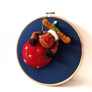 rudolph renna su pallina di Natale rossa in lana cardata